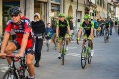 卡马伊奥雷,意大利- 2015年3月12日:专业骑自行车者 免版税图库摄影
