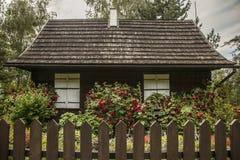 卡齐米日Dolny,波兰-一个老房子在庭院/篱芭里 图库摄影