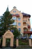 卡洛维变化美丽的豪宅 免版税库存图片
