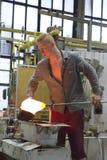 卡洛维变化,捷克- 2014年9月14日:吹玻璃器展示他们的工艺,受欢迎的旅游胜地, 9月1日 免版税库存图片