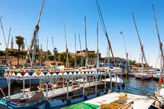 卢克索,埃及- 2014年8月12日, :埃及河船和游艇在途中的海洋尼罗河停放了到卢克索 免版税库存照片