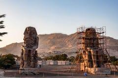 卢克索,埃及- 2010年2月17日:两个memnon巨人致力在恢复下 库存照片