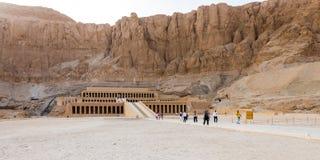 卢克索,埃及- 2019年4月16日:Hatshepsut寺庙在卢克索是孟图霍特普二世太平间寺庙的反射  库存图片