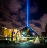 卢克索旅馆和天空在晚上-拉斯维加斯,美国放光 库存图片