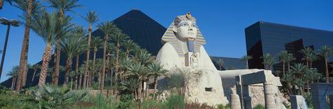 卢克索旅馆和狮身人面象,赌博娱乐场全景有金字塔的在拉斯维加斯, NV 免版税库存图片