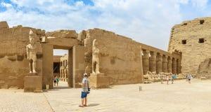 卢克索,埃及, 2014年4月20日:卡纳克神庙寺庙废墟全景在卢克索 库存照片