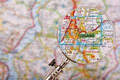 卢加诺地图有放大镜的在桌上 库存照片