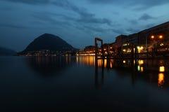 卢加诺湖边平地在夜之前 库存图片
