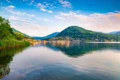 卢加诺湖, Ponte Tresa 到左边,意大利,在右边,瑞士 在卢加诺湖的美好的早晨 免版税库存照片