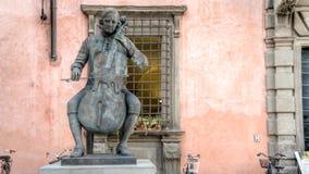 卢卡,意大利- 2014年9月04日:作曲家和大提琴手著名音乐学院的,卢卡,托斯卡纳,意大利路易Boccherini雕象  库存照片