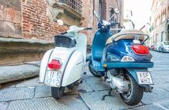 卢卡,意大利- 2015年10月3日:沿城市str的老和新的大黄蜂类 库存图片