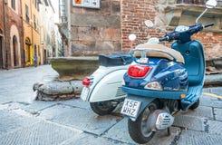 卢卡,意大利- 2015年10月3日:沿城市str的老和新的大黄蜂类 免版税库存照片
