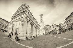 卢卡,意大利- 2015年4月18日:游人和本机沿城市st 免版税库存图片