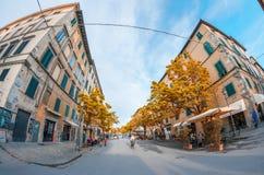 卢卡,意大利- 2015年4月18日:游人和本机沿城市st 库存照片