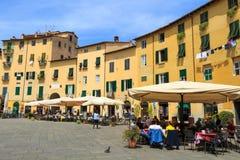 卢卡,意大利- 2015年5月7日 著名卵形城市广场在一个晴天在卢卡,托斯卡纳,意大利 免版税库存图片