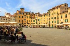 卢卡,意大利- 2015年5月7日 著名卵形城市广场在一个晴天在卢卡,托斯卡纳,意大利 库存照片