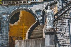 卢尔德圣所的大教堂的建筑学的细节  免版税库存图片