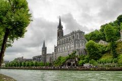 卢尔德,法国大教堂的看法  免版税库存照片