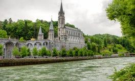 卢尔德,法国大教堂的看法  免版税库存图片