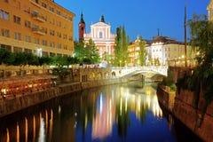卢布尔雅那在晚上,与三次桥梁斯洛文尼亚 库存照片