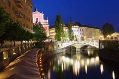卢布尔雅那在晚上,与三次桥梁 免版税图库摄影
