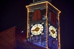 卢布尔雅那,斯洛文尼亚-与圣诞节装饰照明设备的12月夜 库存图片