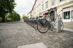 卢布尔雅那,斯洛文尼亚7 5 2019年:公开出租自行车系统驻地Bicikelj在斯洛文尼亚的首都 停放的自行车  库存图片