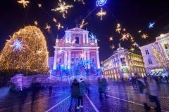 卢布尔雅那,斯洛文尼亚- 2017年12月21日:出现与圣诞节装饰照明设备的12月夜在卢布尔雅那` s在du的市中心 库存图片
