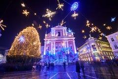 卢布尔雅那,斯洛文尼亚- 2017年12月21日:出现与圣诞节装饰照明设备的12月夜在卢布尔雅那` s在du的市中心 免版税库存照片