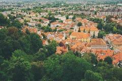 卢布尔雅那,斯洛文尼亚- 2017年8月15日-对老城市的全景从卢布尔雅那城堡的顶端 免版税图库摄影