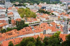 卢布尔雅那,斯洛文尼亚- 2017年8月15日-对老城市的全景从卢布尔雅那城堡的顶端 库存图片