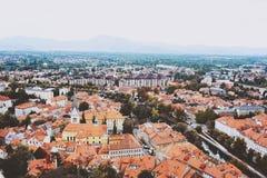 卢布尔雅那,斯洛文尼亚- 2017年8月15日-对老城市的全景从卢布尔雅那城堡的顶端 免版税库存图片