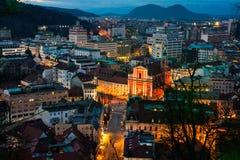 卢布尔雅那,斯洛文尼亚鸟瞰图在晚上 免版税库存图片