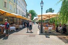 卢布尔雅那,斯洛文尼亚-走和坐在咖啡馆酒吧的2016 6月7日,人在卢布尔雅那老市中心 库存照片
