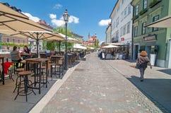 卢布尔雅那,斯洛文尼亚-走和坐在咖啡馆酒吧的2016 6月7日,人在卢布尔雅那老市中心 免版税库存图片
