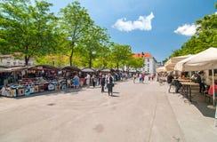 卢布尔雅那,斯洛文尼亚-走和购物在卢布尔雅那的主要市场上的2016 6月7日,人 库存图片