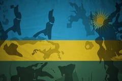 卢旺达的旗子卡其色的纹理的 装甲攻击机体关闭概念标志绿色m4a1军用步枪s射击了数据条工作室作战u 免版税图库摄影