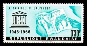 卢旺达邮票显示字母表,联合国科教文组织第20周年系列的争斗,大约1966年 库存照片