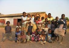 卢本巴希,刚果民主共和国:摆在为照相机的小组孩子 库存照片
