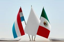 卢森堡和墨西哥的旗子 免版税库存图片