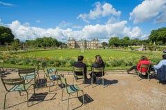 卢森堡在巴黎,法国从事园艺(卢森堡公园) 库存照片