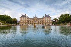 卢森堡宫殿和反射在有喷泉的池塘 库存图片