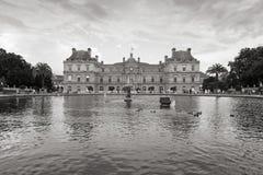 卢森堡宫殿和池塘在卢森堡从事园艺,巴黎 免版税库存照片