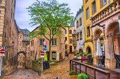 卢森堡市,卢森堡- 2013年6月:狭窄的中世纪街道w 免版税图库摄影