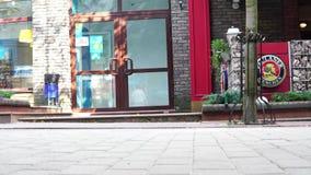 卢茨克,乌克兰与鞋子特写镜头的27-06-2018概念人群英尺 走在街道上的匿名人民 影视素材