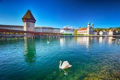 卢赛恩的历史的市中心有著名教堂桥梁和湖的卢赛恩,卢赛恩,瑞士 图库摄影
