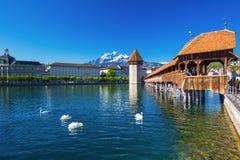 卢赛恩的历史的市中心有著名教堂桥梁和湖的卢赛恩& x28; Vierwaldstatersee& x29; 卢赛恩,瑞士 库存图片