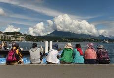 卢赛恩,瑞士- 2017年6月04日:人们坐堤防t 库存图片
