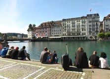卢赛恩,瑞士- 2017年6月04日:人们坐堤防t 免版税库存照片