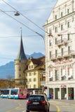 卢赛恩,瑞士- 2017年10月19日:公共汽车和汽车在r 免版税图库摄影